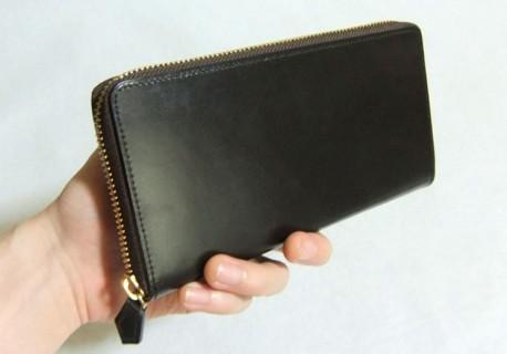 仕事もプライベートも使いまわしやすい革財布だと思います。