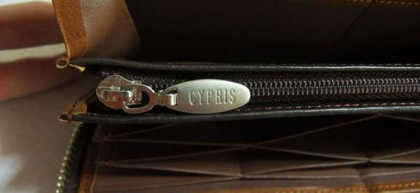 小銭入れのファスナーに刻印された「CYORIS」