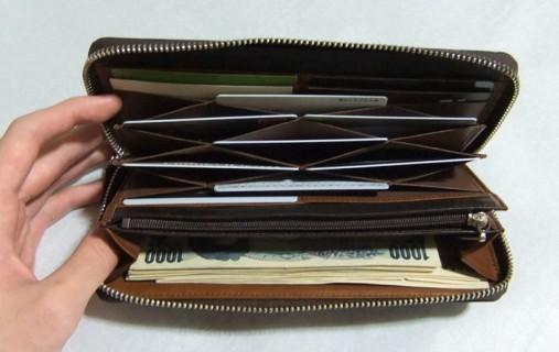 中身を入れてみるとハニーセル長財布の内装はインパクトがかなりあります