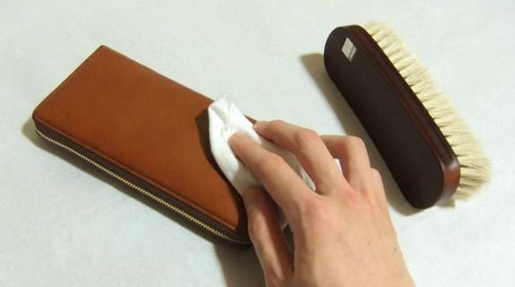 革財布の表面を乾拭き