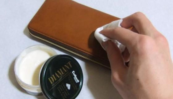 円を描くようにして皮革専用クリームを馴染ませます