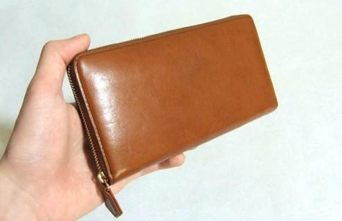仕事・プライベートで使うには充分な収納力を備えた革財布だと思います。