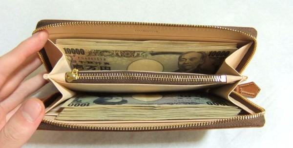 マットーネ ラージウォレットの中に12万196円を入れています