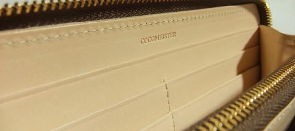 ラージウォレットの内装に刻印されたココマイスターのブランドロゴ