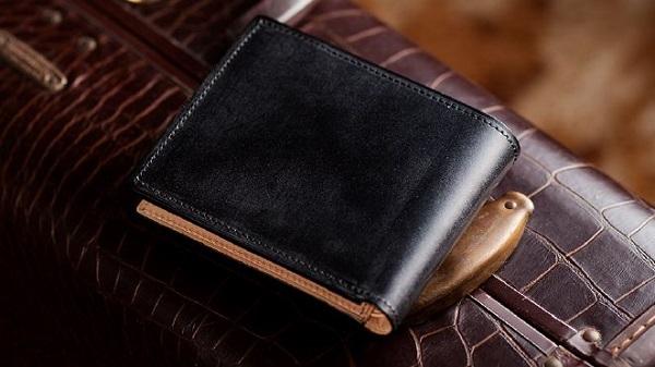 英国産最高級ブライドルレザーを使った二つ折り財布おすすめです