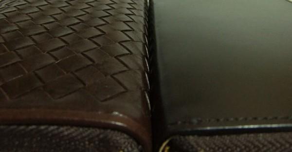 マットーネオーバーザウォレットとブライドルグランドウォレットの革表面