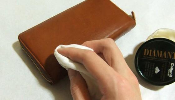 革財布についた傷と周辺に皮革専用クリームを馴染ませます。