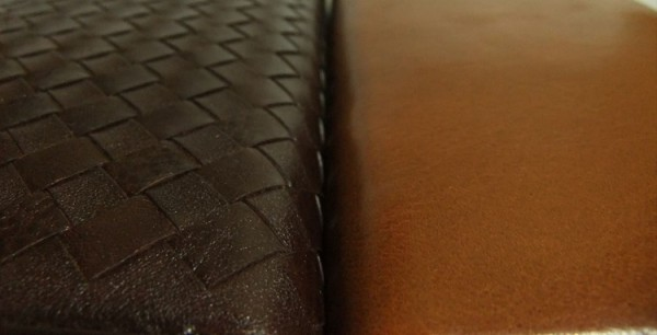 オーバーザウォレットとマットーネラージウォレットに使われているマットーネれざーの表面比較