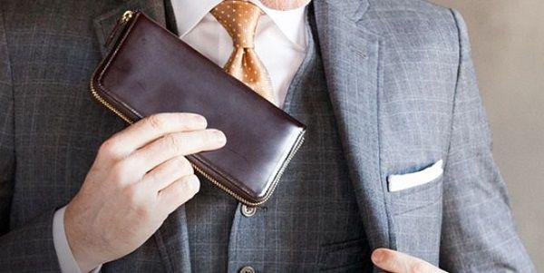 コードバン クラシック キングフィッシャーのラウンドファスナー長財布はスーツに合いますね
