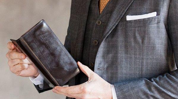 ブライドルアルフレートウォレットはスーツ姿に合いますね。