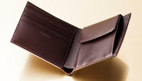 この二つ折り財布は内装に至るまで最高級ボックスカーフを使っています