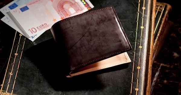 国産最高級コードバンを使った贅沢な二つ折り財布です
