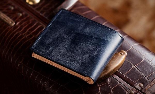 英国産最高級ブライドルレザーを使った二つ折り財布プレゼントにおすすめです