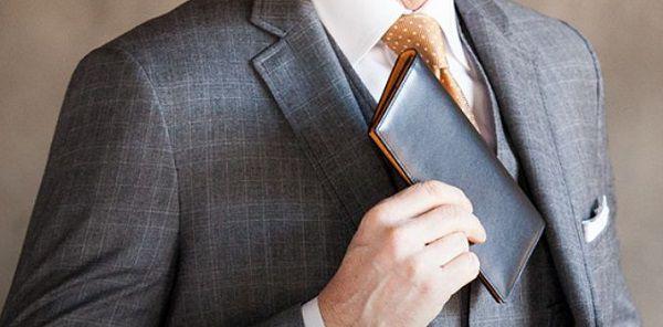 薄マチなのでスーツの内ポケットに入れても嵩張りません