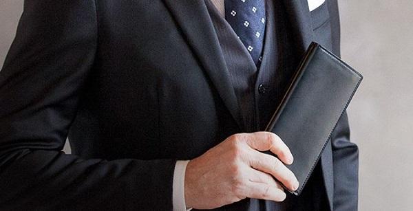 スーツに合う財布は、スーツと同系色だと外すことがありません