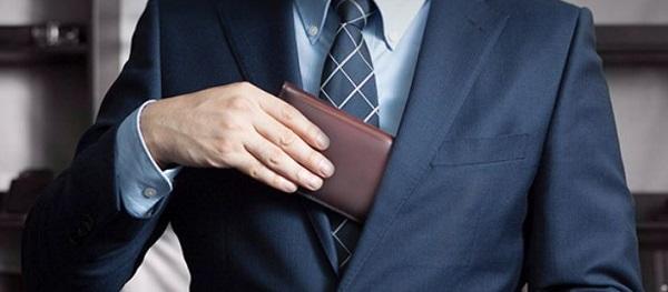 スーツの色とは反対色の色はアクセントになる