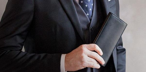 コードバンを使った財布はスーツとの相性が抜群に良いんです!