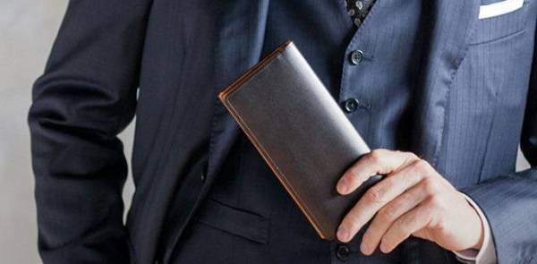 ボックスカーフを使った革財布もスーツとの相性がいいんです