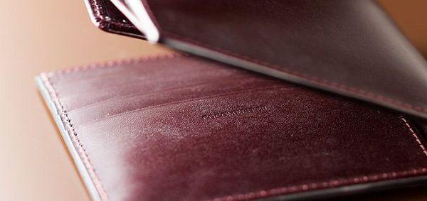 高級感に溢れた贅沢なメンズ二つ折り財布です