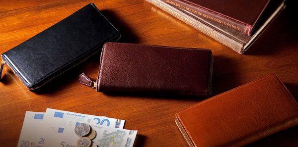 ジップのついたラウンドファスナー長財布