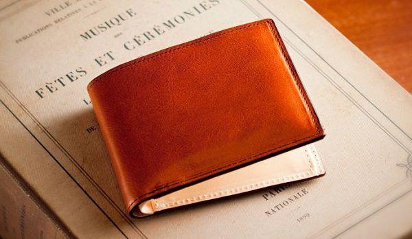 シンプルかつ実用性の高い二つ折り財布