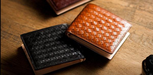 他では決して選ぶことができないメンズ二つ折り財布です