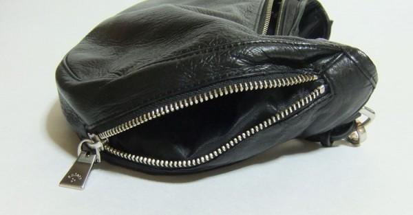 アニアリ・ボディバッグ「ウォレットショルダー」深めに作られたサイドポケット