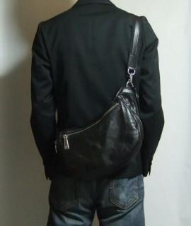 アニアリ・ボディバッグ「ウォレットショルダー」着用イメージ・シンプルなキレイメスタイル