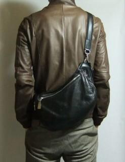 アニアリ・ボディバッグ「ウォレットショルダー」着用イメージ・レザージャケット